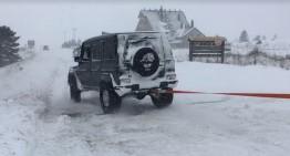 Un Mercedes-Benz G-Class scoate din zăpadă un utilaj de deszăpezire