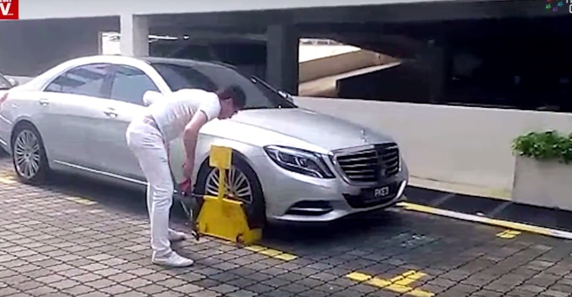 Un bărbat îl atacă pe agentul de securitate după ce s-a ales cu roțile Mercedes-ului blocate