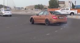 Drift-uri în giratoriu – Un Mercedes C 63 AMG o ia razna în plină stradă
