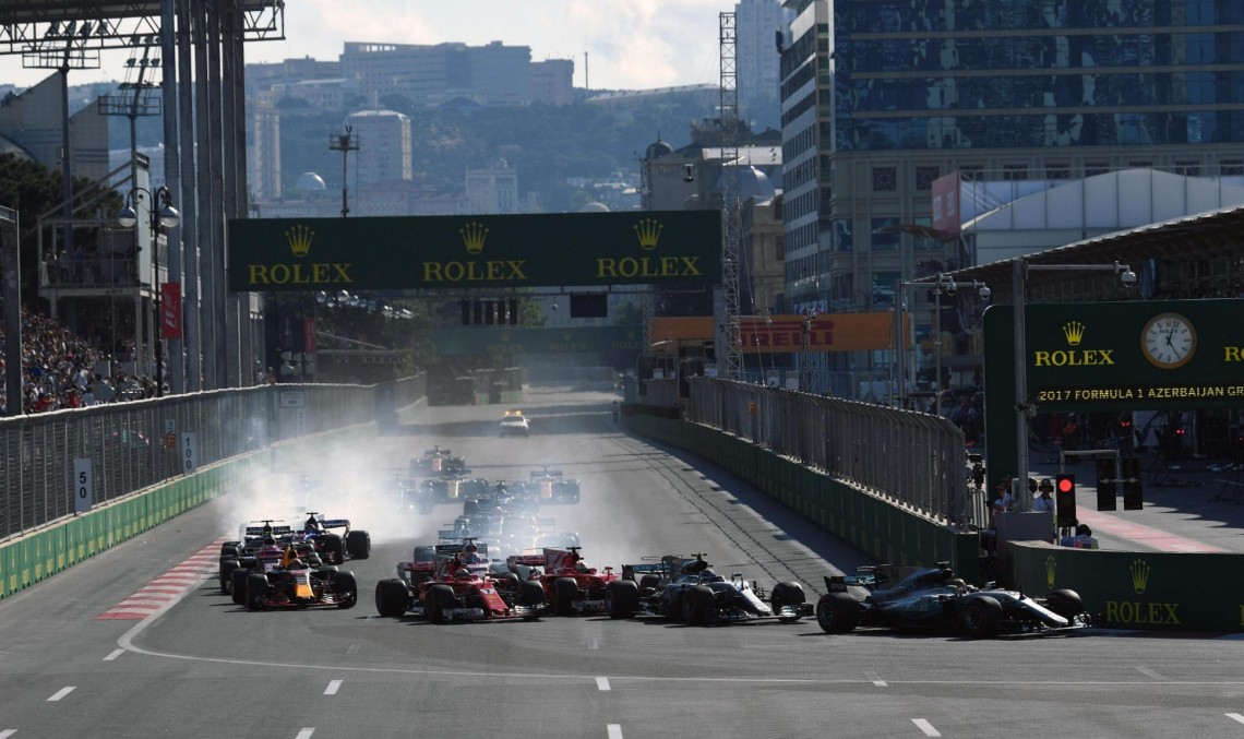 O cursă haotică pentru Mercedes în Baku