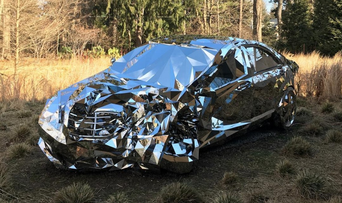 Un Mercedes-Benz construit din oglinzi – Arta accidentelor