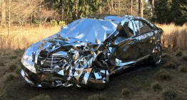 Un Mercedes-Benz construit din oglinzi – Arta accidentelor