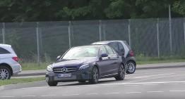 Hipnotizant! Mercedes-Benz C-Class facelift surprins în teste, cu faruri noi