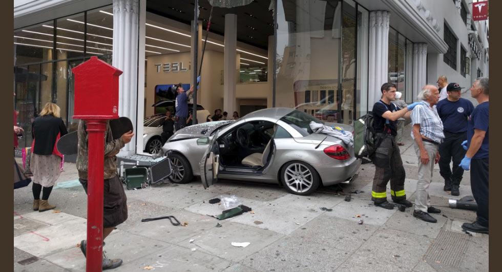 A început războiul Mercedes – Tesla. SLK atacă!